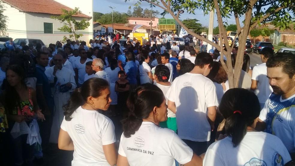 Pelo menos 200 pessoas participaram da Caminhada da Paz, em Água Branca-PI (Foto: Divulgação/ Polícia Militar do Piauí)