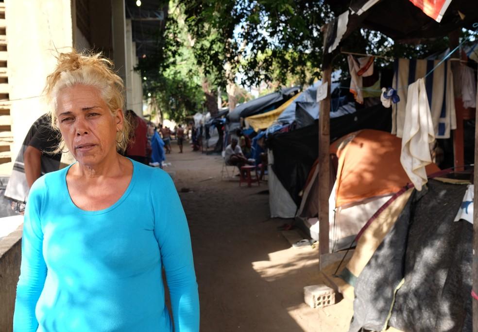 Silmara Monteiro fazia controle de entrada e saída de moradores, mas desistiu de continuar com a lista: de 50 a 100 novos moradores por dia (Foto: Inaê Brandão/G1 RR)