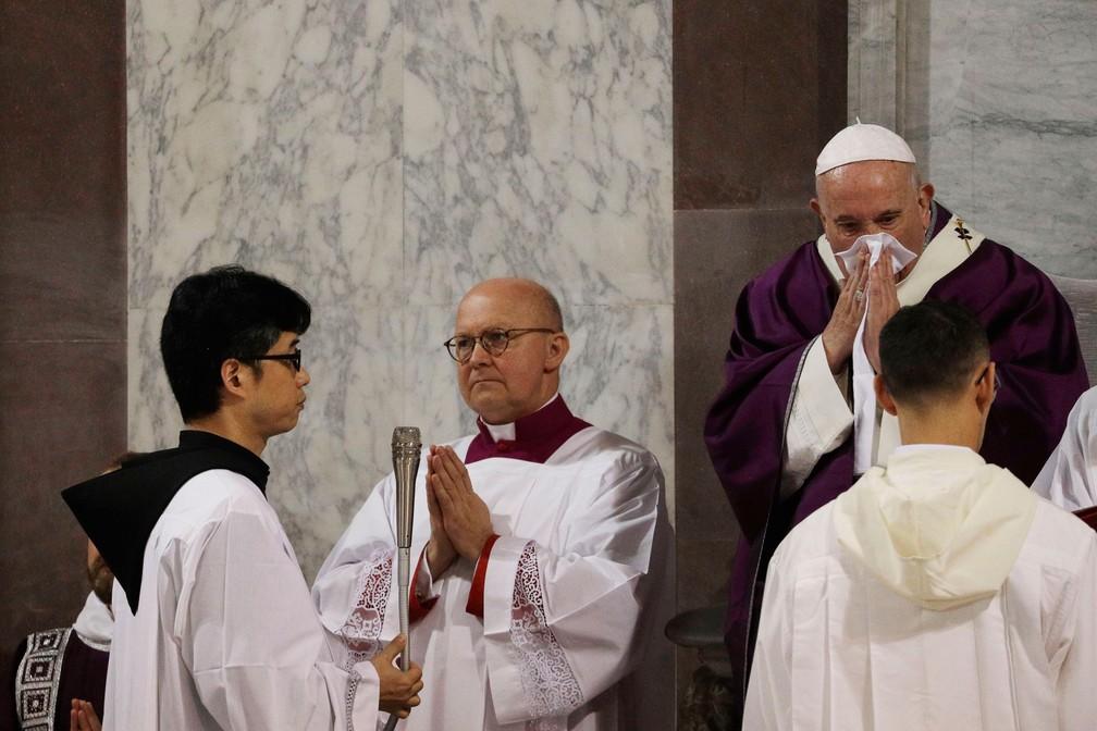 Papa Francisco limpa o nariz durante cerimônia da Quarta-feira de Cinzas, no dia 26, que abriu o período da Quaresma, na Basílica de Santa Sabina, em Roma — Foto: Gregorio Borgia/AP