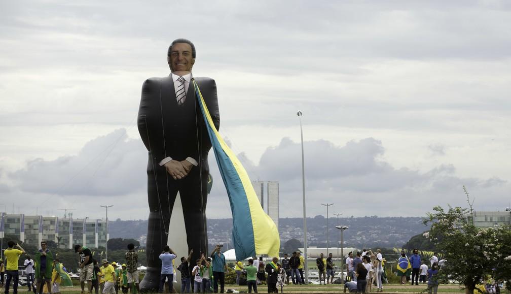 Apoiadores do presidente eleito Jair Bolsonaro inflaram bonecos em área da Esplanada do Ministérios para acompanhar a cerimônia de posse — Foto: Bruno Rocha/FotoArena/Estadão Conteúdo