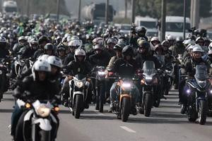 Jair Bolsonaro passeia com a moto placa BRA 486.358