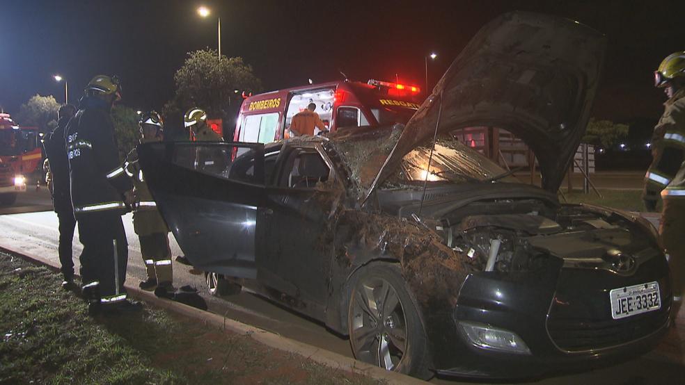 Carro que capotou, abandonado por motorista (Foto: Reprodução/TV Globo)