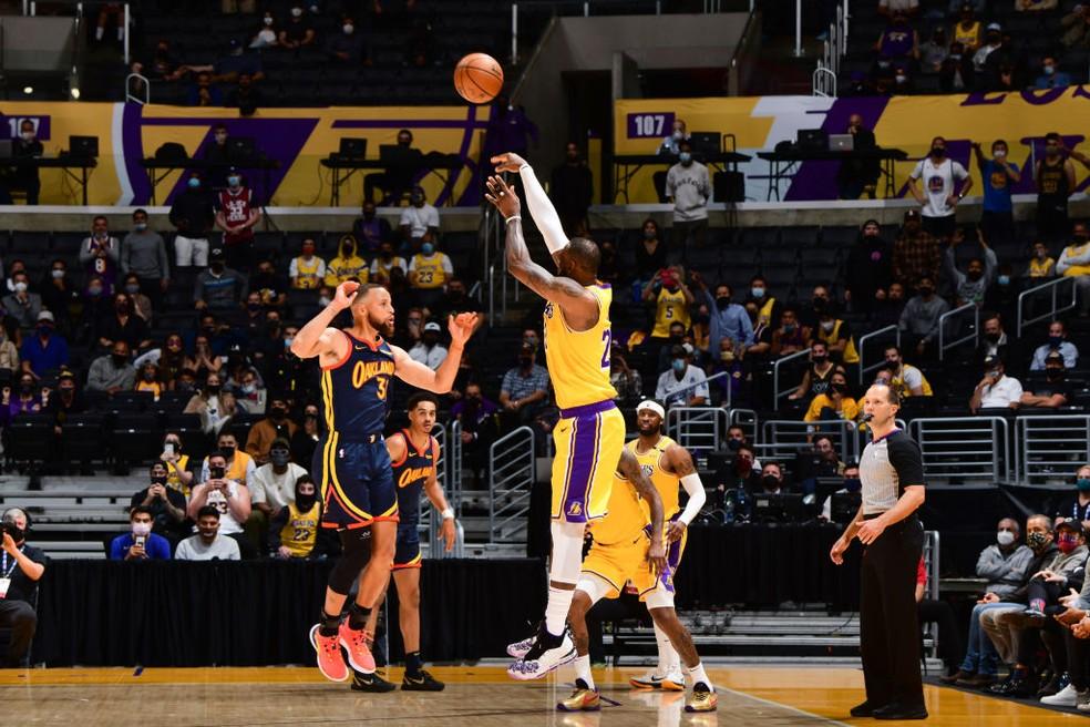 LeBron James fez a cesta da vitória — Foto: Adam Pantozzi/NBAE