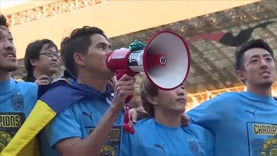 Elsinho comemora título do Kawasaki na Liga Japonesa exibindo bandeira de Rondônia