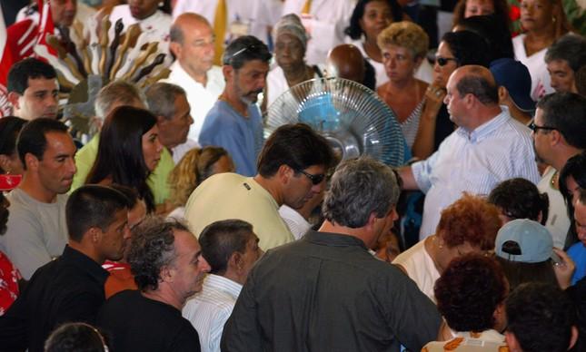 No velório de Maninho, na quadra do Salgueiro, os ex-jogadores de futebol Edmundo (de cinza) e Renato Gaúcho (de camisa amarela e óculos)