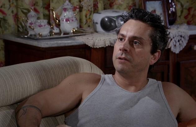 Baltazar (Alexandre Nero) passará a ser empregado de Crô e continuará dormindo no sofá da casa de Celeste (Dira Paes) (Foto: Reprodução)