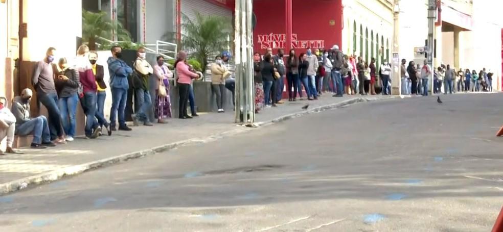 Com nova parcela do auxílio emergencial, agência da Caixa em Vitória da Conquista amanhece com filas — Foto: Reprodução/TV Bahia
