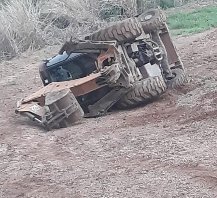 Assaltantes tombam trator após furto em fazenda de Piracicaba