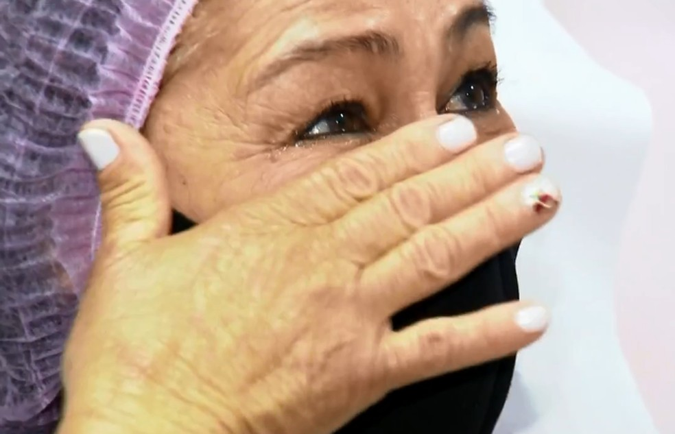 Benedita ficou emocionada após fazer tatuagem que redesenha bico do seio em bauru — Foto: TV TEM/Reprodução