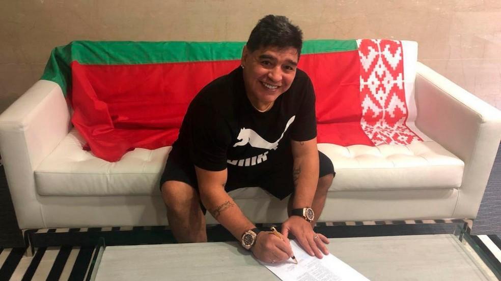 Maradona assina contrato para trabalhar em clube de Belarus (Foto: Divulgação)