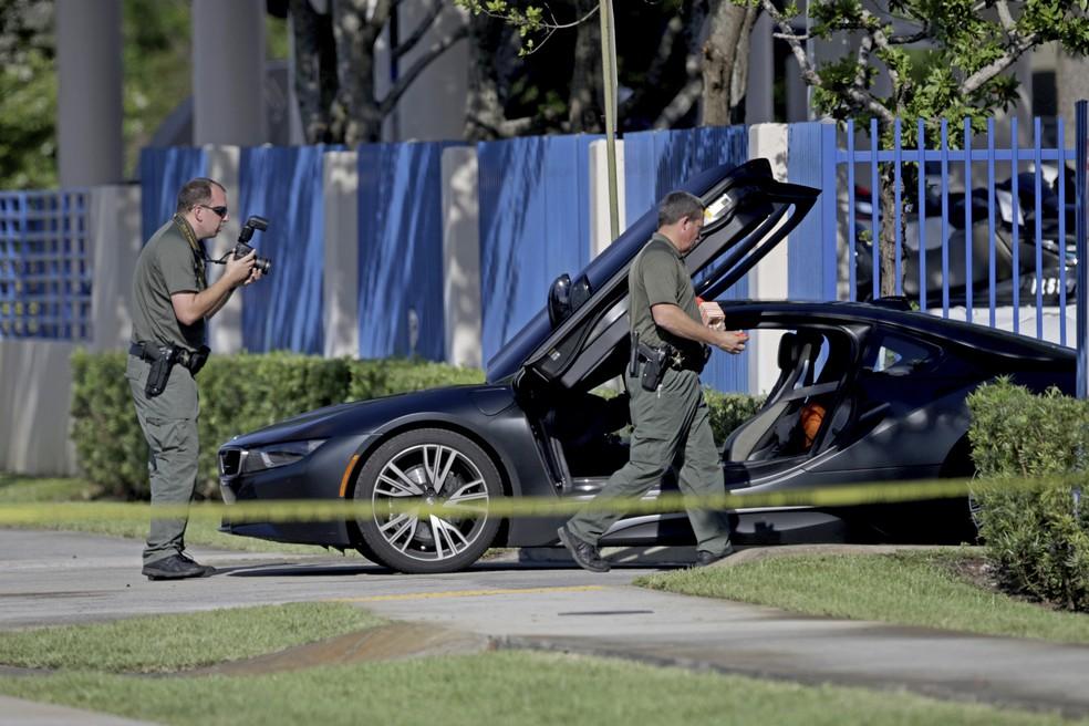 Investigadores inspecionam carro após o rapper XXXTentacion ser baleado e morto, na segunda-feira, na Flórida (Foto: John McCall/South Florida Sun-Sentinel via AP)