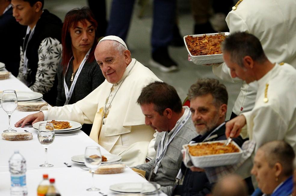 Papa Francisco durante almoço com moradores de rua no Vaticano neste domingo (17) — Foto: Guglielmo Mangiapane/Reuters