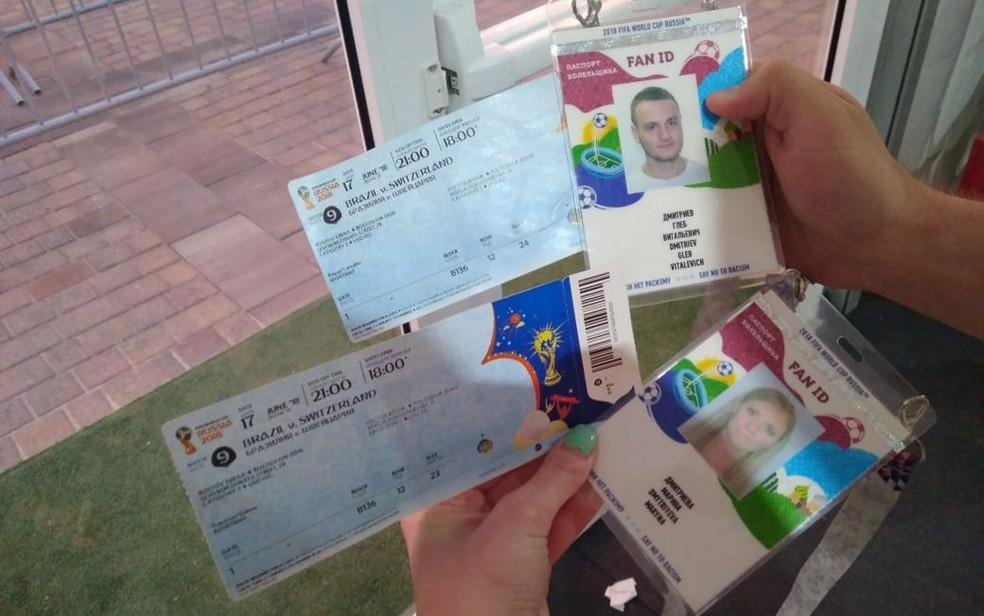 Com ingressos na mão, casal russo teve que correr para fazer crachás de identificação que dão acesso ao estádio (Foto: Acervo pessoal/Gleb Obodovsky)
