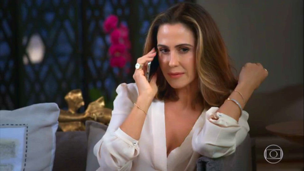 Dominique (Guilhermina Guinle) faz ligação para chefe da organização criminosa, em 'Salve-se Quem Puder' — Foto: Globo