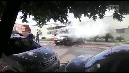 Ambulância pega fogo em frente de unidade de saúde enquanto aguardava paciente; VÍDEO