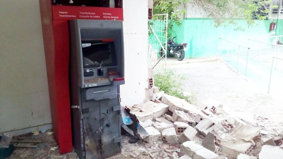 Bandidos explodiram caixas eletrônicos do Sertão de Pernambuco e cidades do Ceará (Foto: Felipe Valentim/TV Paraíba)