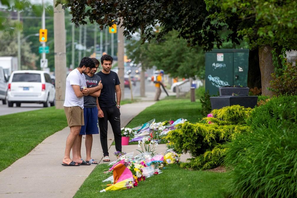 Jovens fazem homenagem à família morta no domingo em ato terrorista de extrema direita no Canadá. Foto de 8 de junho de 2021 — Foto: Carlos Osorio/Reuters