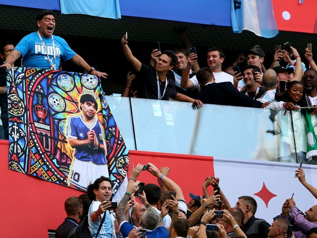 SAINT PETERSBURG, RUSSIA - JUNE 26:  Diego Armando Maradona is seen in the stands prior to  the 2018 FIFA World Cup Russia group D match between Nigeria and Argentina at Saint Petersburg Stadium on June 26, 2018 in Saint Petersburg, Russia.  (Photo by Ale (Foto: Getty Images)