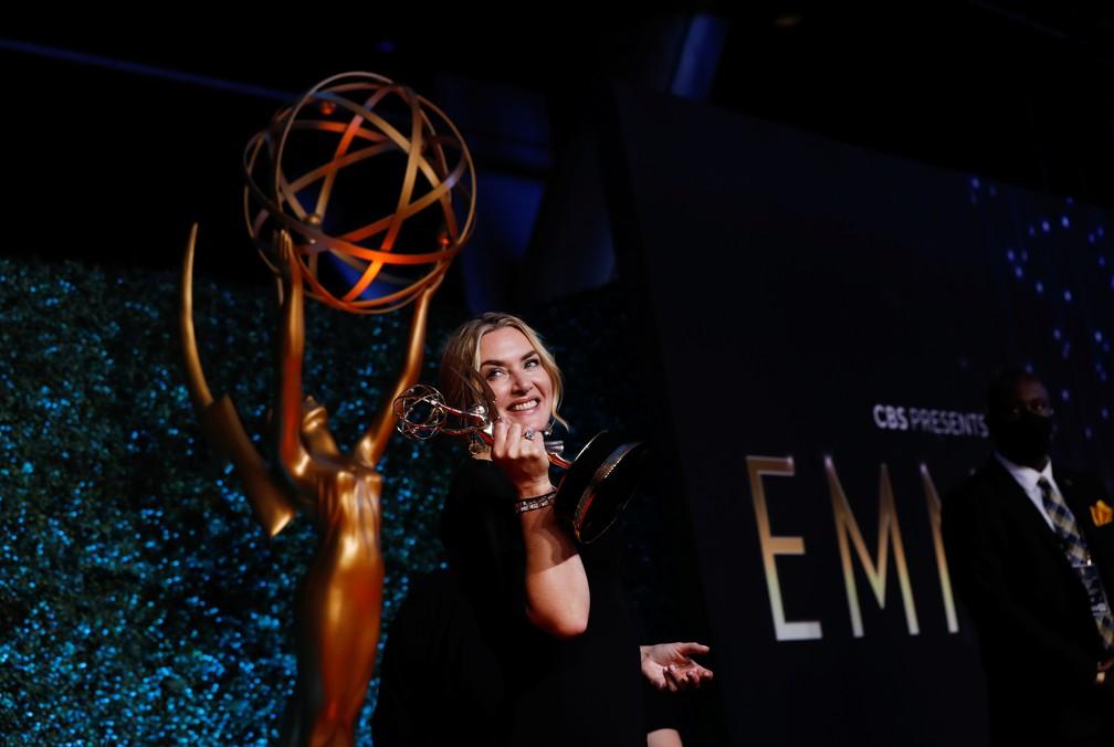 Kate Winslet comemora o prêmio que recebeu por 'Mare of Easttown' no Emmy 2021 — Foto: Mario Anzuoni/Reuters