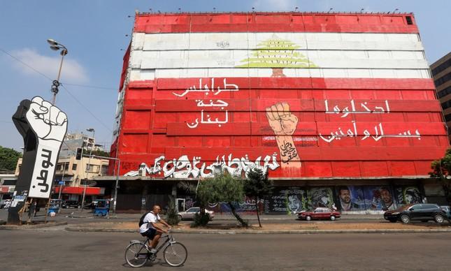 Homem anda de bicicleta em Tripoli, no Norte do Líbano