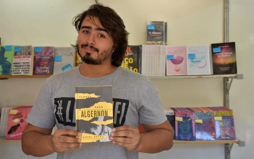 Comportamento: livreiro recomenda 'Flores para Algernon' na Feira Nacional do Livro de Ribeirão Preto (SP) — Foto: Pedro Martins/G1