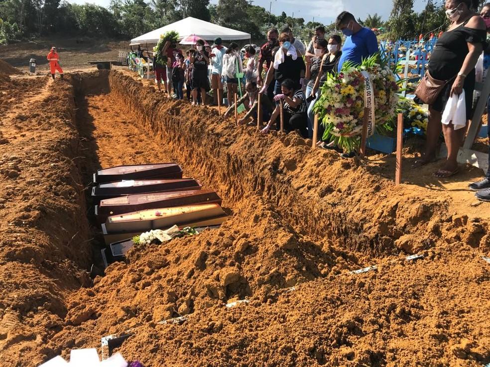 Corpos de vítimas de Covid-19 são enterrados em valas comuns, em Manaus. — Foto: Chico Batata/Divulgação
