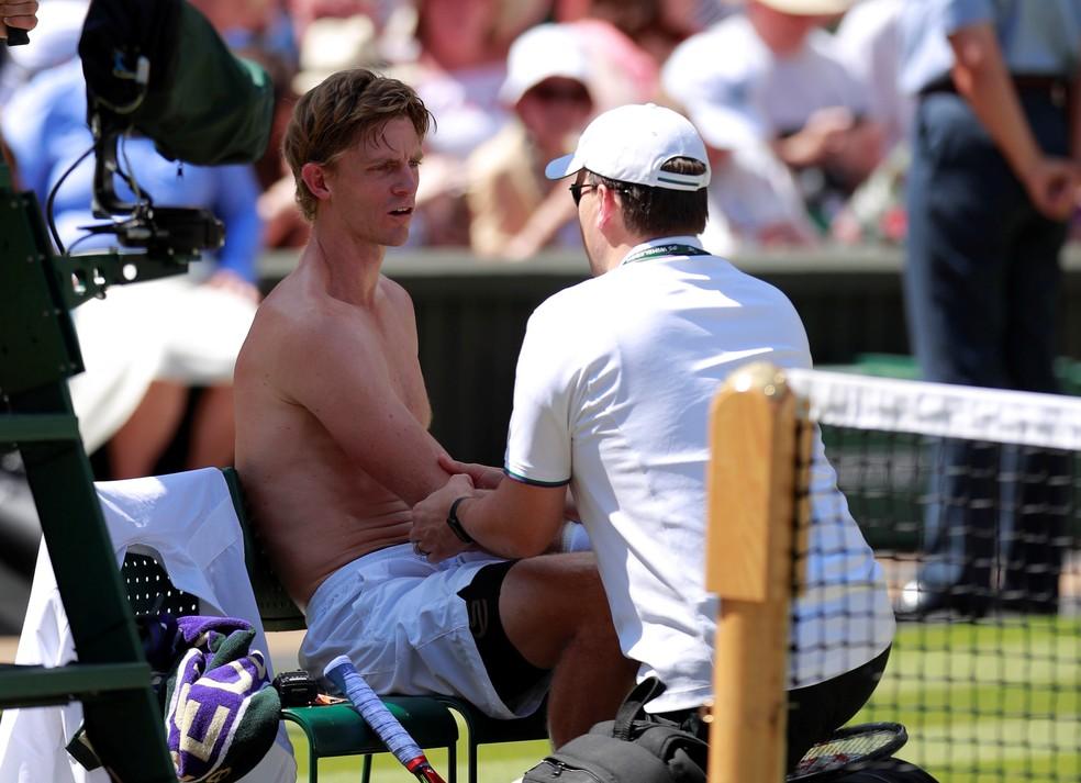 Kevin Anderson recebe atendimento durante a final de Wimbledon (Foto:  REUTERS/Andrew Couldridge)