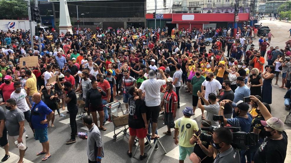 Manifestação no Centro de Manaus contra fechamento do comércio. — Foto: Paulo Paixão/Rede Amazônica