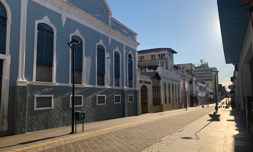 Rua Grande, principal centro comercial de São Luís, ficou praticamente deserto nesta quinta-feira (26) — Foto: Rafaelle Fróes/G1 MA