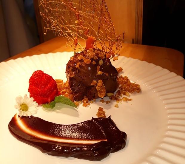 Mousse de chocolate com crumble de nozes e flor de sal, da suíça (Foto: Vokos/Divulgação)