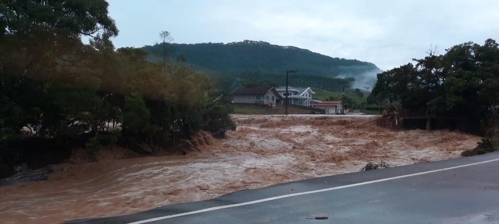 Enxurrada atingiu a cidade de Presidente Getúlio, no Vale do Itajaí, durante a noite de quarta-feira (16) — Foto: Corpo de Bombeiros de Santa Catarina/Divulgação