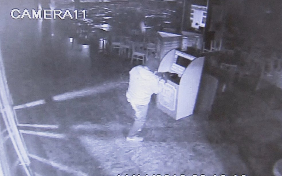 Câmera registrou assaltanto colocando explosivo em caixa (Foto: Reprodução/TV TEM/Arquivo)