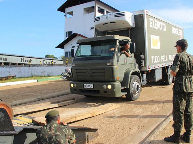 Material deve chegar ao destino em aproximadamente cinco dias, segundo o Exército (Foto: Luis Henrique Oliveira/G1 AM)