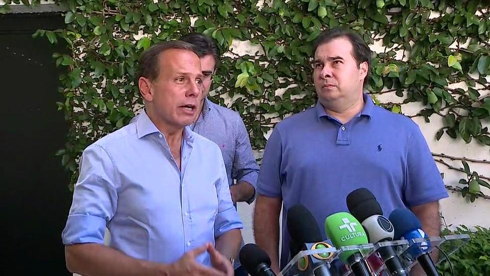 João Doria e Rodrigo Maia após almoço neste sábado (23) — Foto: Reprodução/TV Globo