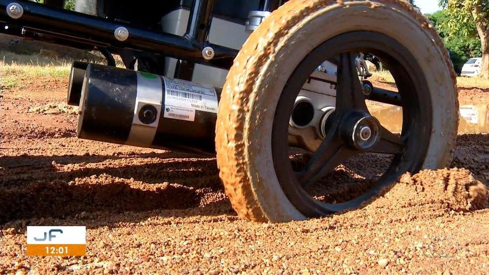 Cadeira de rodas fica presa na lama em Palmas — Foto: Reprodução/TV Anhanguera