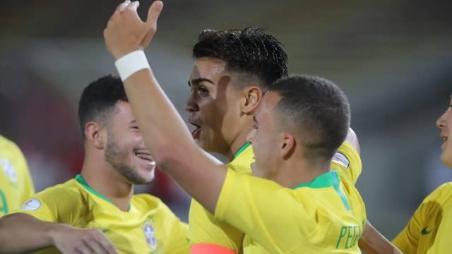 Reinier e jogadores do Brasil sub-17 comemoram gol sobre o Paraguai no Sul-Americano