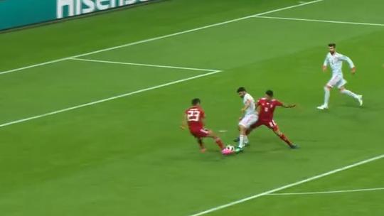 De joelho e em lance de sorte, Diego Costa garante a vitória da Espanha