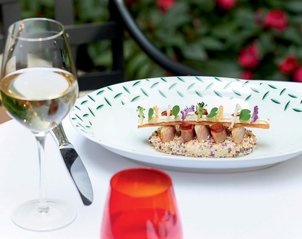 Prato com enguia defumada, couve-flor e croutons, servido no La Cour Jardin (Foto: Studio Des Fleurs)