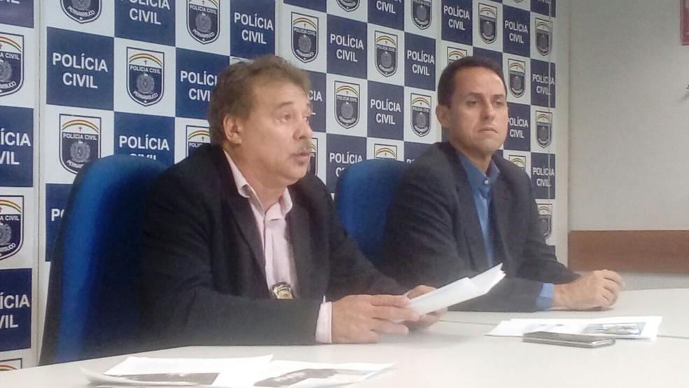 Delegado Alberes Félix (esquerda) apresentou detalhes da prisão de integrante de facção do Rio de Janeiro (Foto: Polícia Civil de Pernambuco/Divulgação)