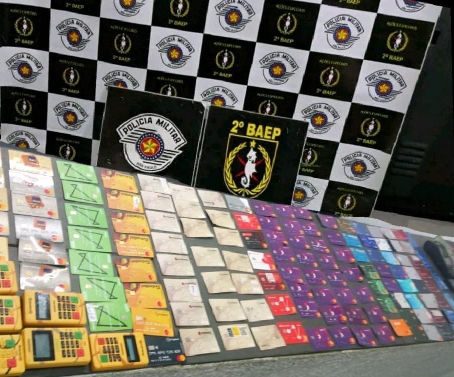 Rapaz é detido com 130 cartões bancários em São Vicente, SP