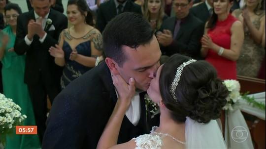 Sobreviventes da tragédia na boate Kiss se casam em Santa Maria (RS)