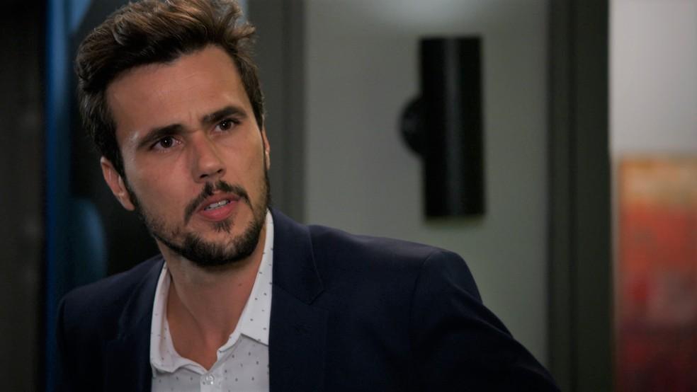 Rafael (Bruno Ferrari) descobre sobre o passado sujo de Renzo (Rafael Cardoso) em 'Salve-se Quem Puder' — Foto: Globo