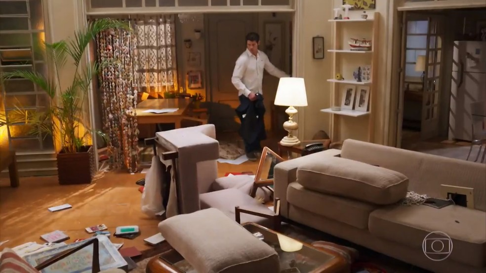 Adônis (José Loreto) revira a casa para fingir que houve um assalto - 'Haja Coração' — Foto: Globo