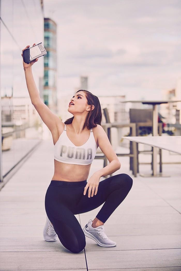 Selena Gomez mostra seus melhores ângulos em selfies para nova campanha  (Foto: Divulgação)