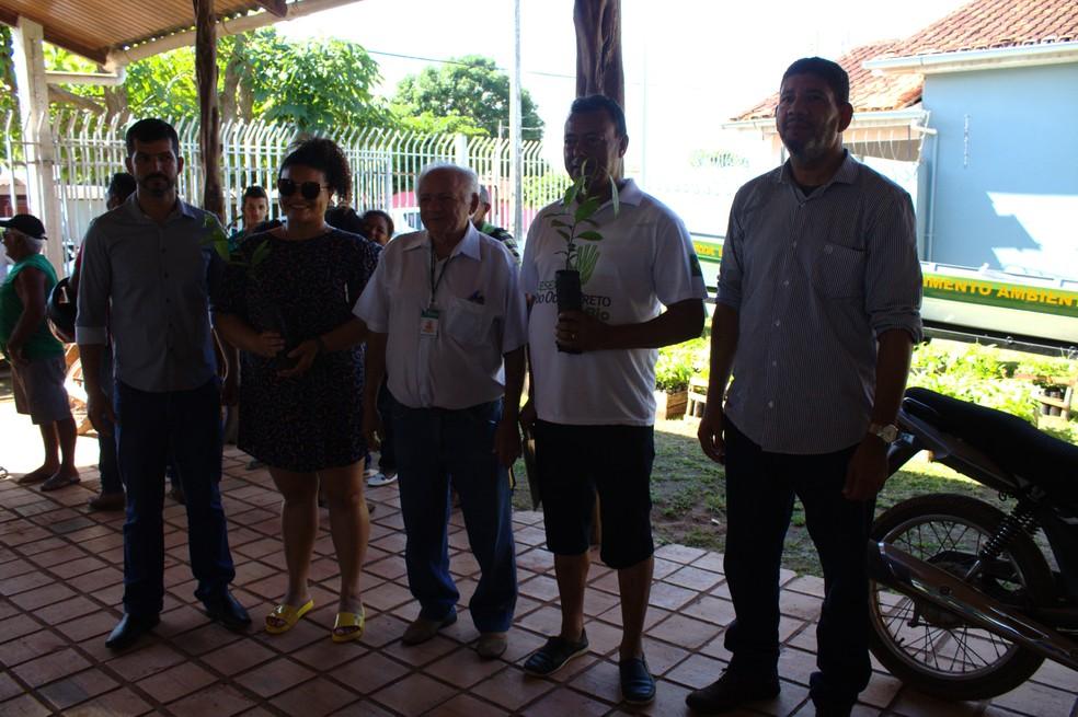 Extrativistas receberam mudas de castanhas do Brasil para plantio em Guajará — Foto: Fabiano do Carmo/G1