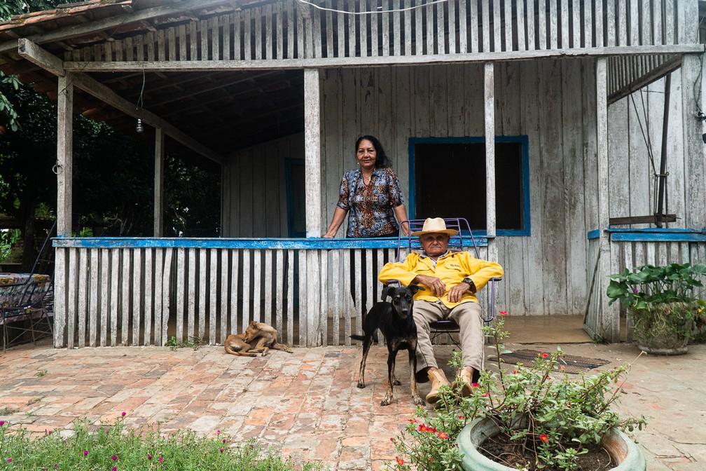 Oíses Falcão de Arruda, o Tutu, com a mulher Glória em frente à casa em que ele mora, a poucos metros de onde nasceu, em 1945: 'sou um pantaneiro legítimo' — Foto: Eduardo Palacio/G1