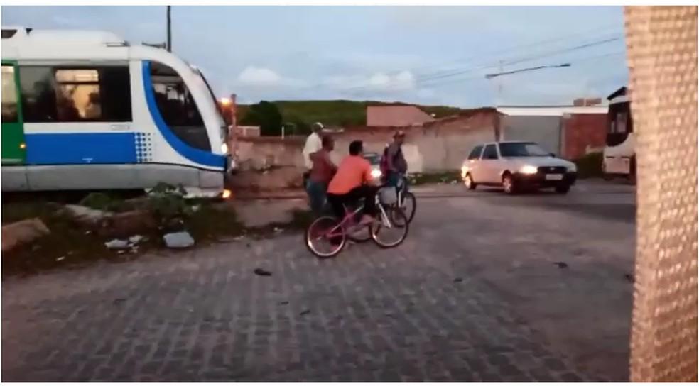 Trem freia para evitar colisão com ônibus escolar que quebrou em cima dos trilhos em Natal — Foto: Reprodução/Redes Sociais