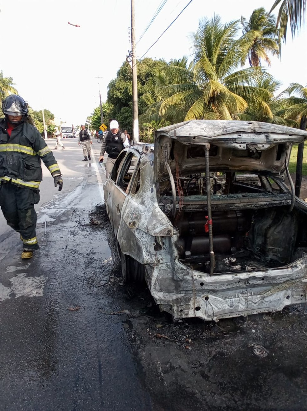 Carro ficou totalmente destruído depois de incêdio em Marechal Deodoro — Foto: Divulgação/Corpo de Bombeiros de Alagoas