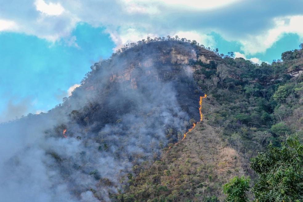 Fogo atinge encostas da Serra do Lajeado, em Palmas — Foto: Luiz Henrique Machado/Corpo de Bombeiros