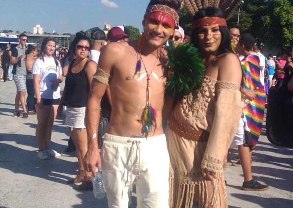 Scarlett Ambrósio, à direita, participou da primeira Parada do Orgulho LGBT de Mogi das Cruzes (Foto: Carolina Paes/TV Diário)